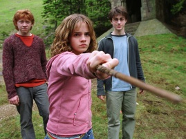 http://idigitalcitizen.files.wordpress.com/2010/11/hermione-granger-ron-weasley-harry-potter-hp3-wand-1600x1200.jpg?w=640